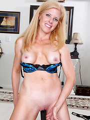 White housewive toying herself
