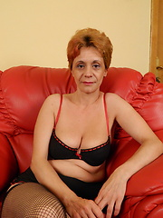 Horny mature slut playing all by herself