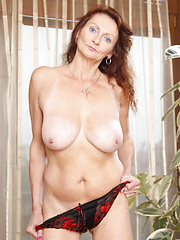 Very sexy mature ladie wants to show her whole body to you