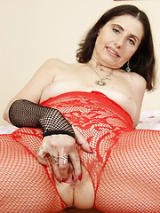 streching her mature pussy with a large toy